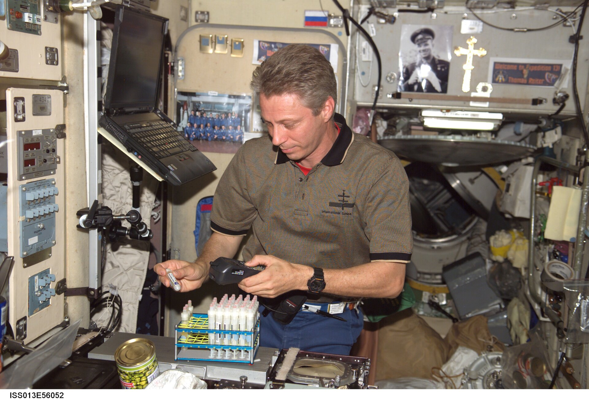Thomas Reiter with experiment in the Zvezda module