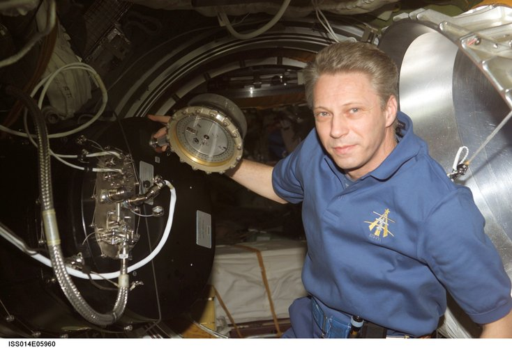 Thomas Reiter works with the Plasmakristall Telescience Apparatus in the Zvezda Service Module
