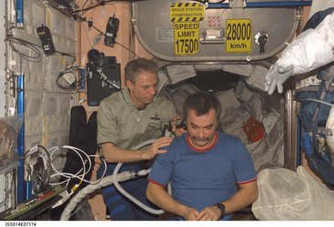 Hair clippers with vacuum device on the ISS