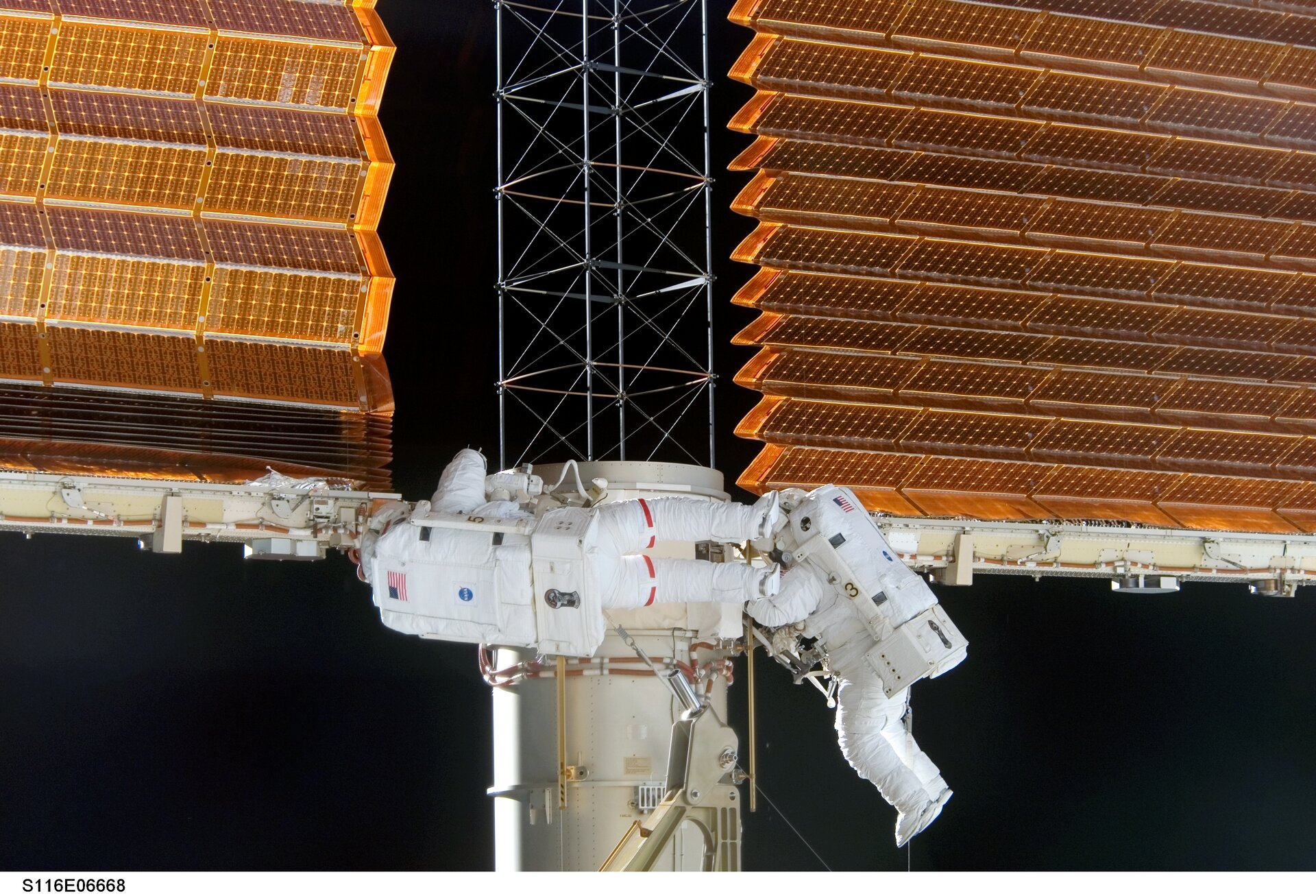 Williams and Curbeam shake the P6 solar array to aid retraction