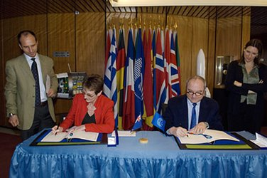 ESA DG Jean-Jacques Dordain and Her Excellency Ms Sarah Dennis sign the arrangement on tracking station