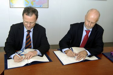 From left to right: Mr Volker Liebig and Mr Willem de Ruiter signing the agreement at EMSA's premises in Lisbon