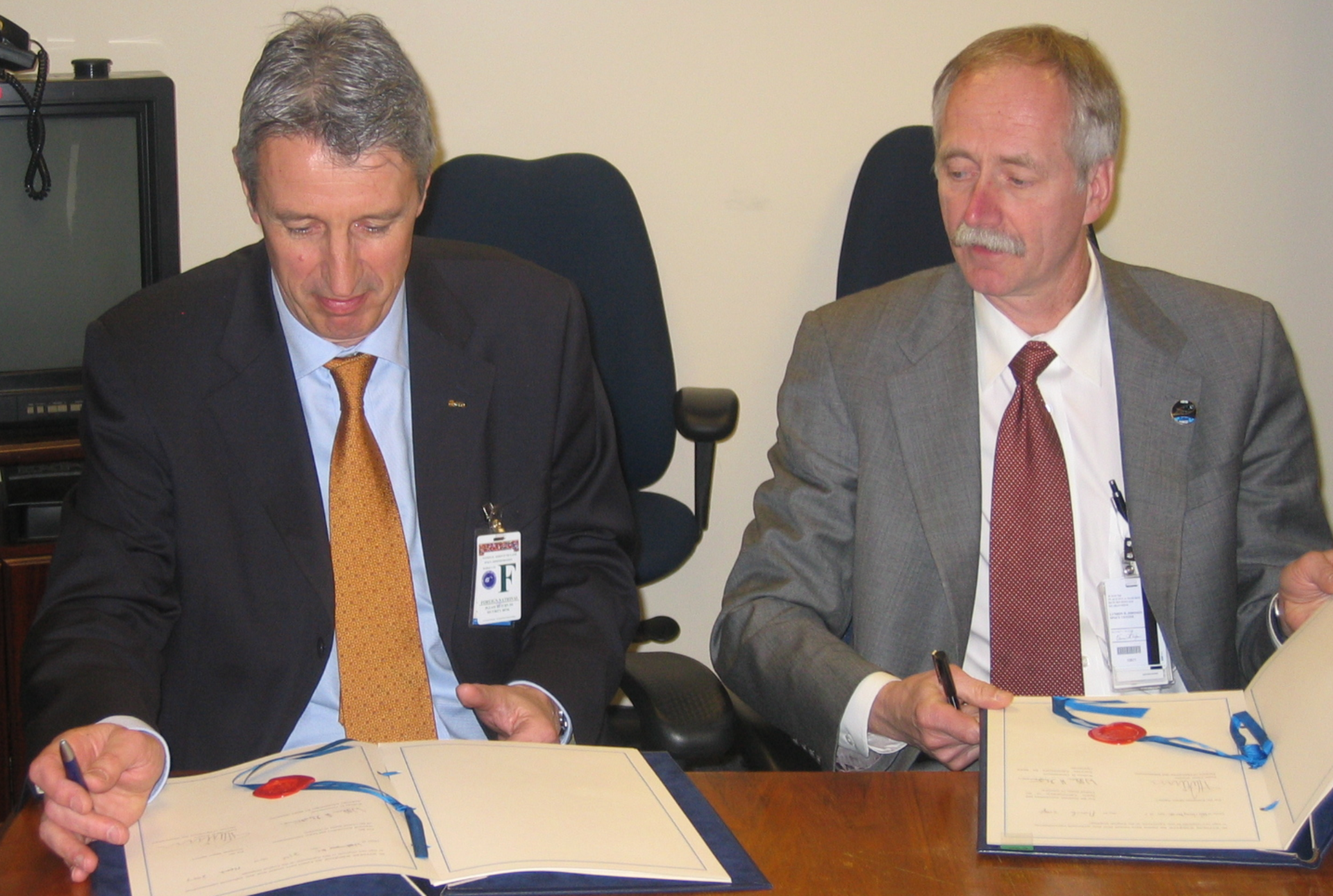 G. Winters for ESA and W.H. Gerstenmaier for NASA signing agreement in Washinton, DC, 21 March 2007