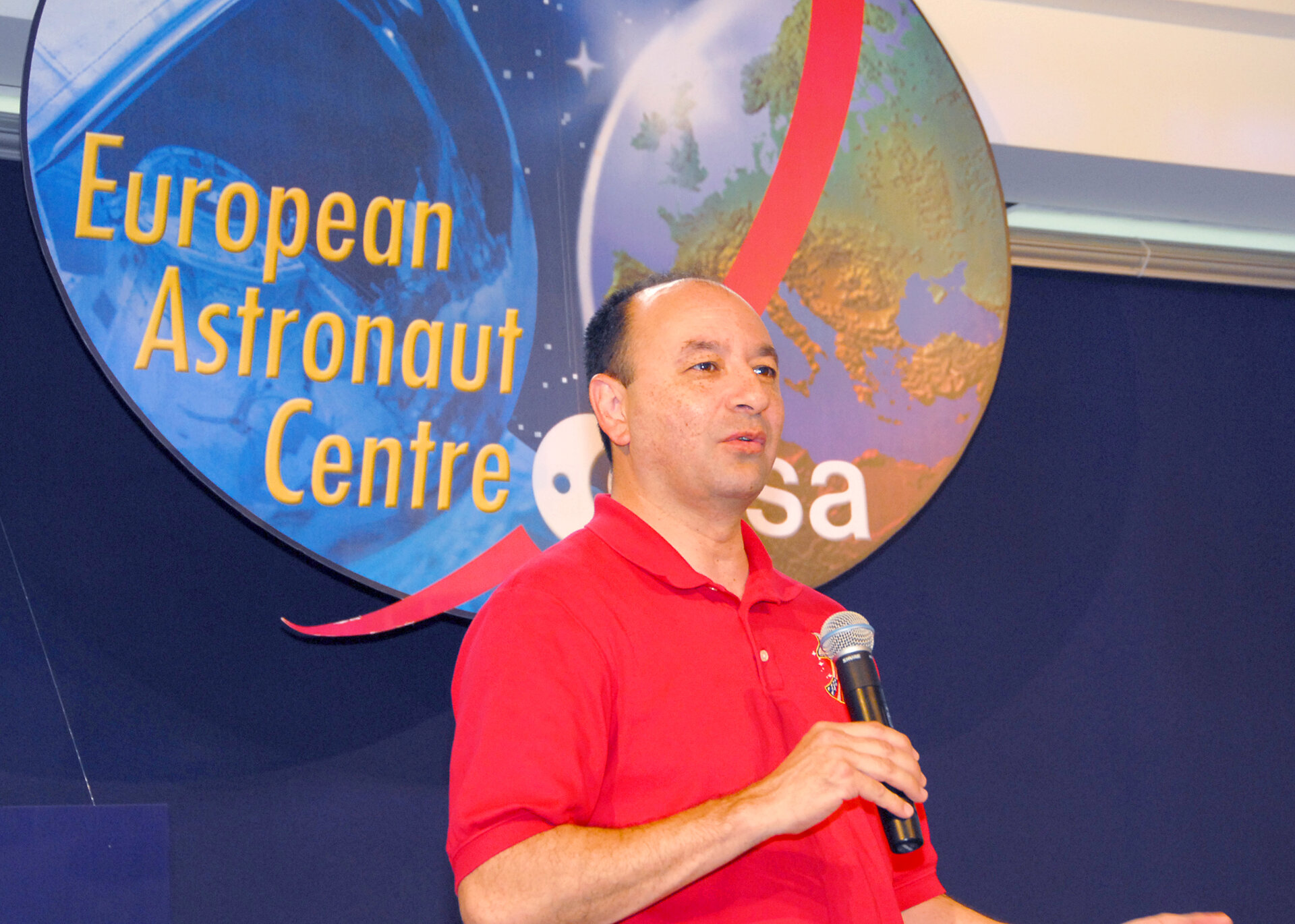 Commander Mark Polansky presents the STS-116 mission during a visit to the European Astronaut Centre