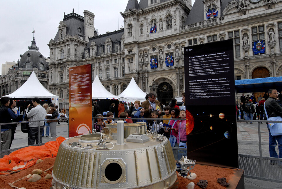 A full-scale model of Huygens landed in Paris