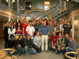 The students of the class of 2006 gathered around ESA astronaut Gerhard Thiele