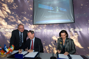 Mr Liebig signs contract for Sentinel-1