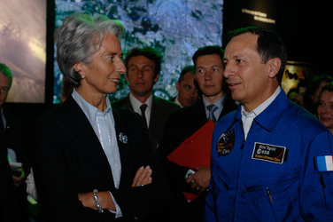 Mr Tognini, Head of the European Astronaut Centre, welcomes Mrs Lagarde, French Minister of Economy and Finance