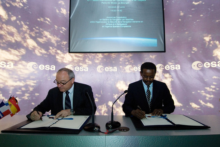 Signature of a cooperation agreement for satellite navigation between ASECNA and ESA