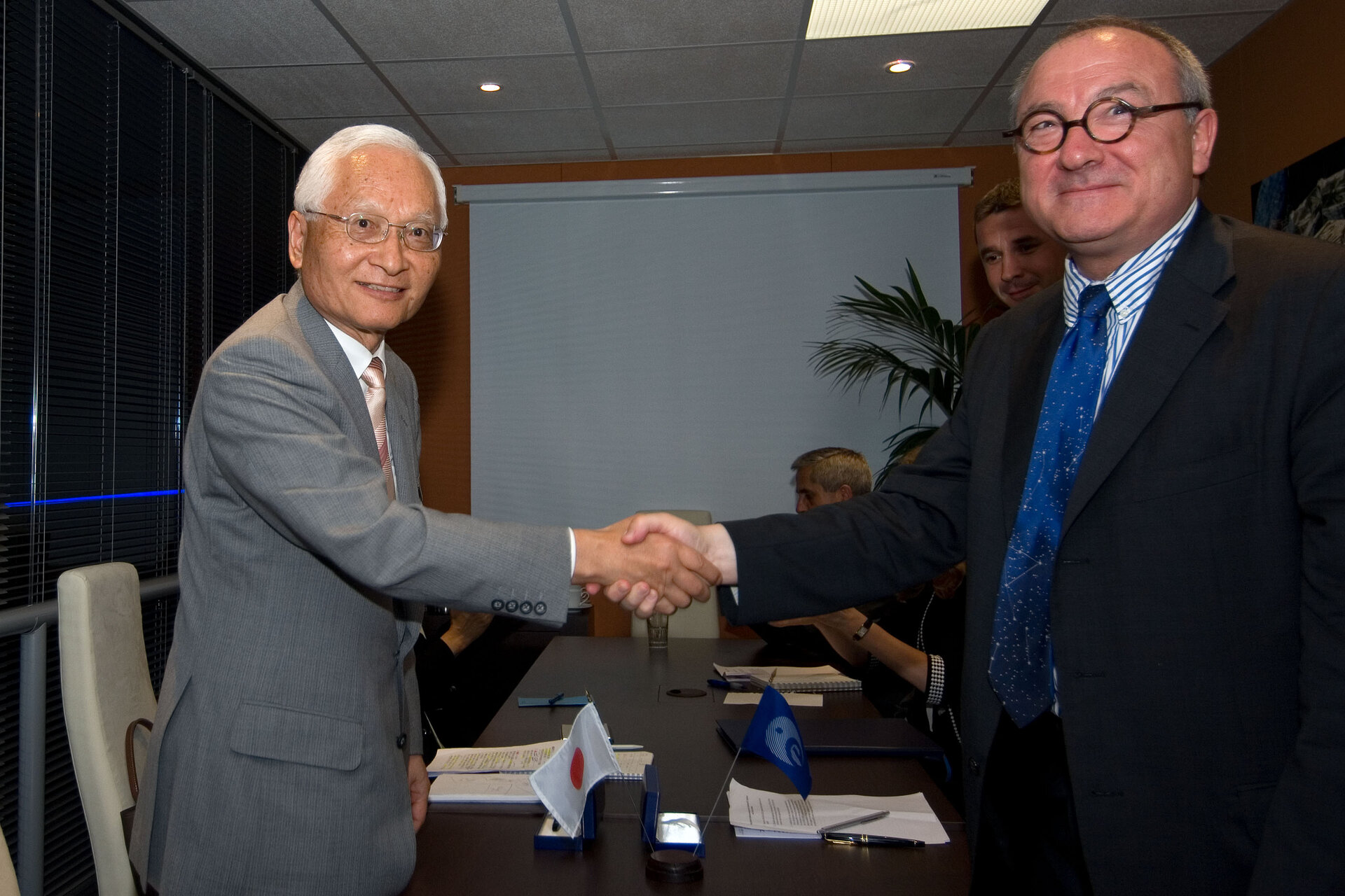 Signature of an agreement on Space Components between Mr Keiji Tachikawa and Mr Jean-Jacques Dordain