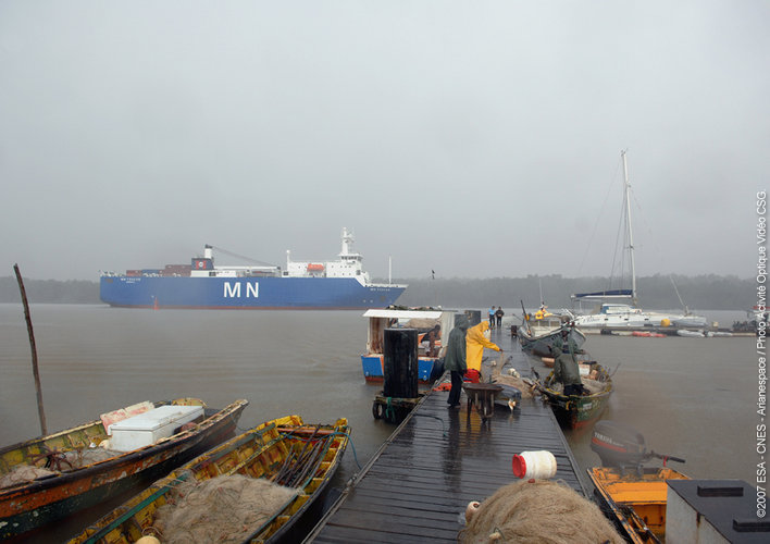 French cargo ship MN Toucan arrives at Pariacabo - 30 July 2007