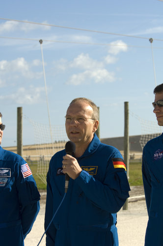 Hans Schlegel talks to media on the second day of STS-122 Terminal Countdown Demonstation activities at Kennedy Space Center