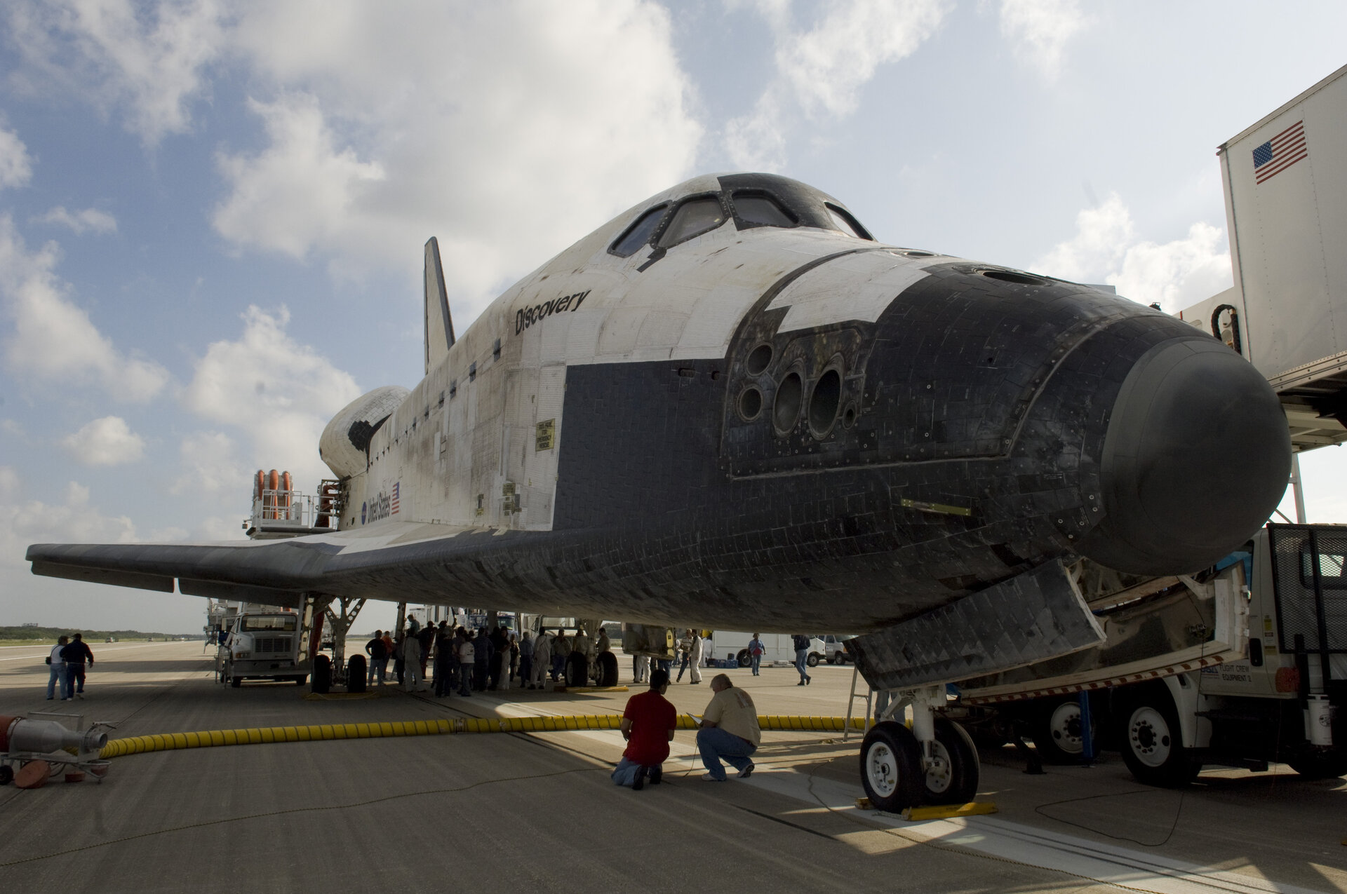 Space Shuttle Discovery lands at Kennedy Space Center, Florida, 7 November 2007.