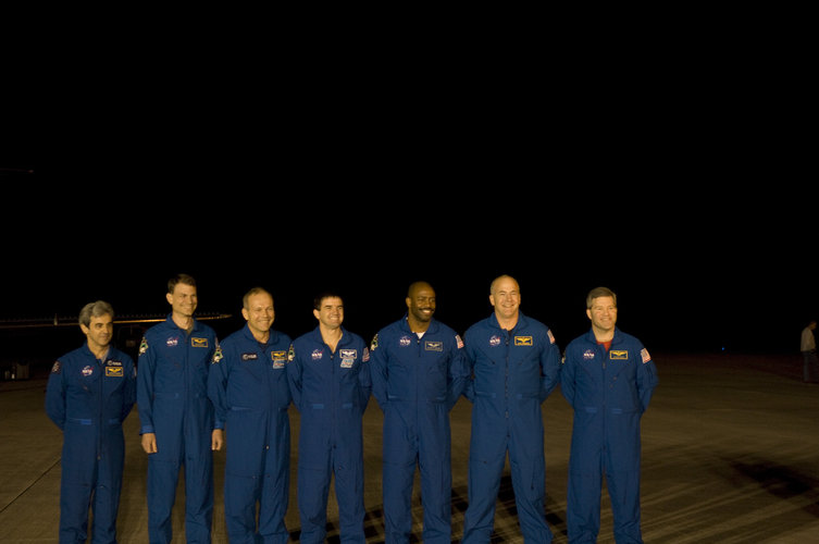 STS-122 mission crew arrives for final training