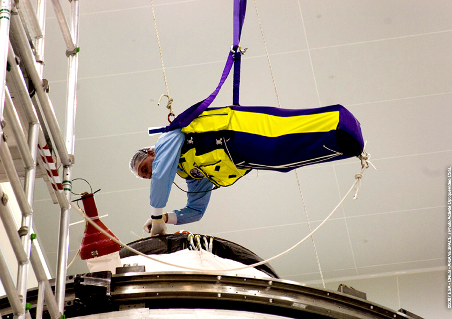 Flying operations to fix a component to the top of the Jules Verne spacecraft