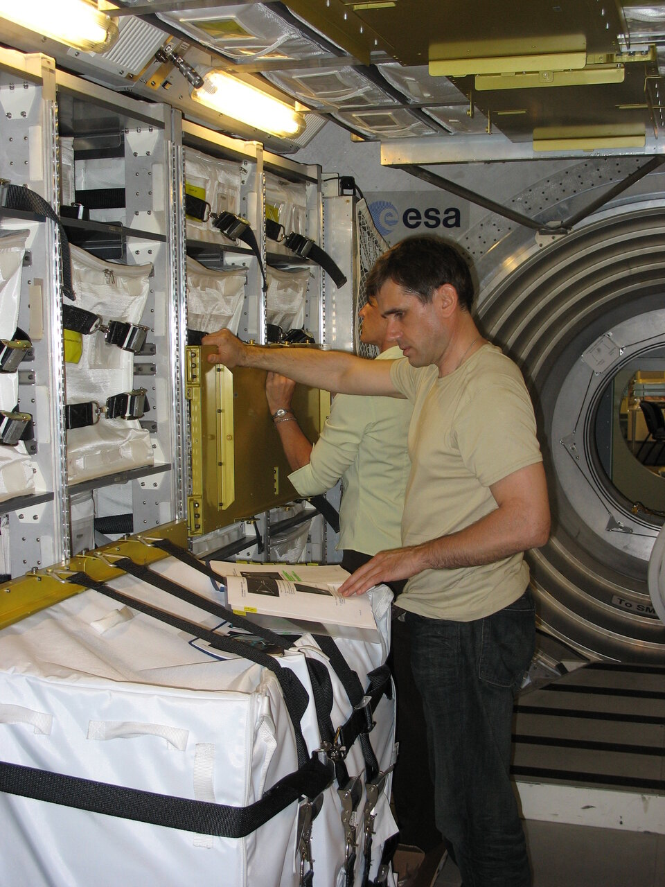 Expedition 16 crew trained for hatch opening and ingress at EAC