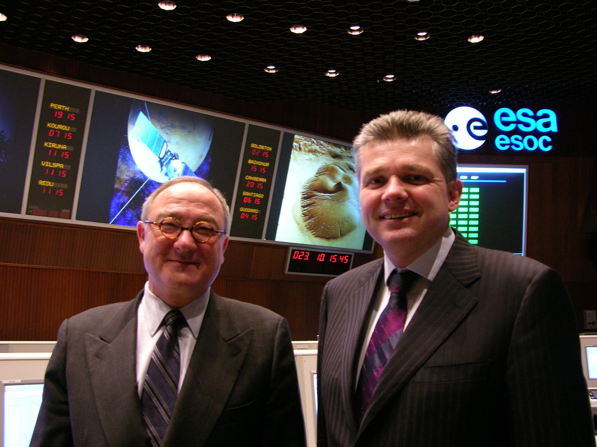 UK science minister Ian Pearson (R) with J-J. Dordain in ESOC Main Control Room