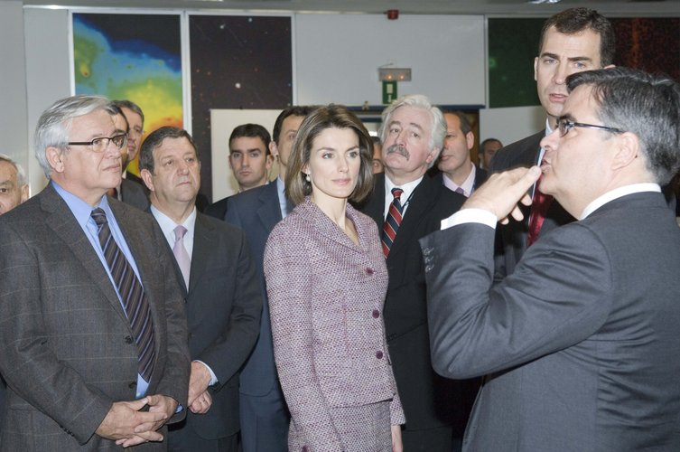 The Prince and Princess of Asturias in the XMM-Newton science operations room