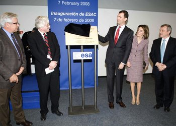 The Prince unveils the inauguration plaque at ESAC