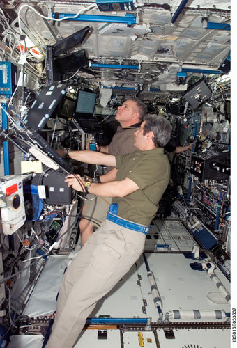 Léopold Eyharts operates the ISS robotic arm