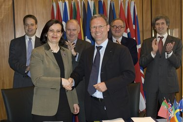 Sentinel-3 - Mr Liebig and Ms Sourisse celebrate the signing of the contract