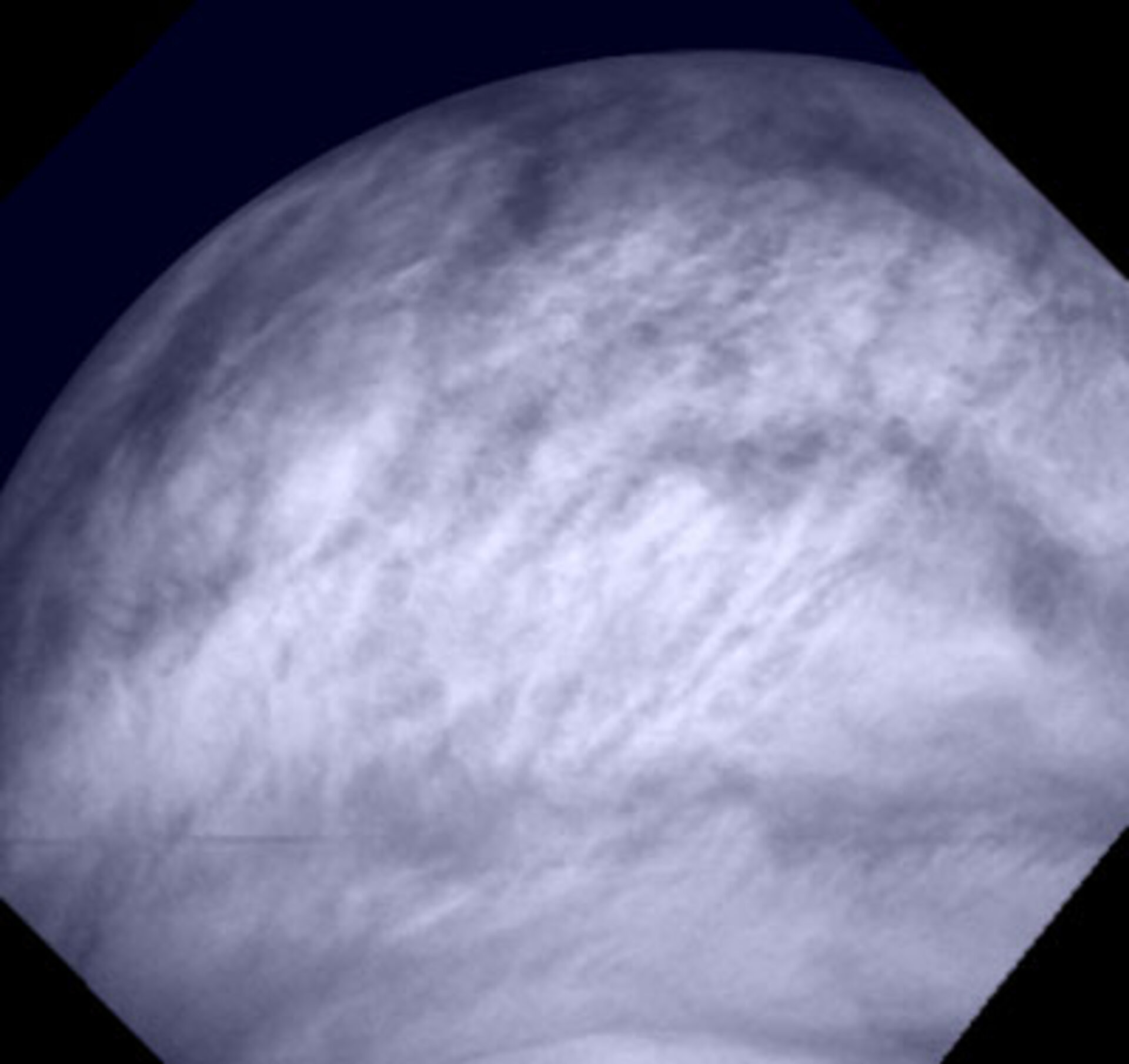 Cloud structures at Venus' low latitudes