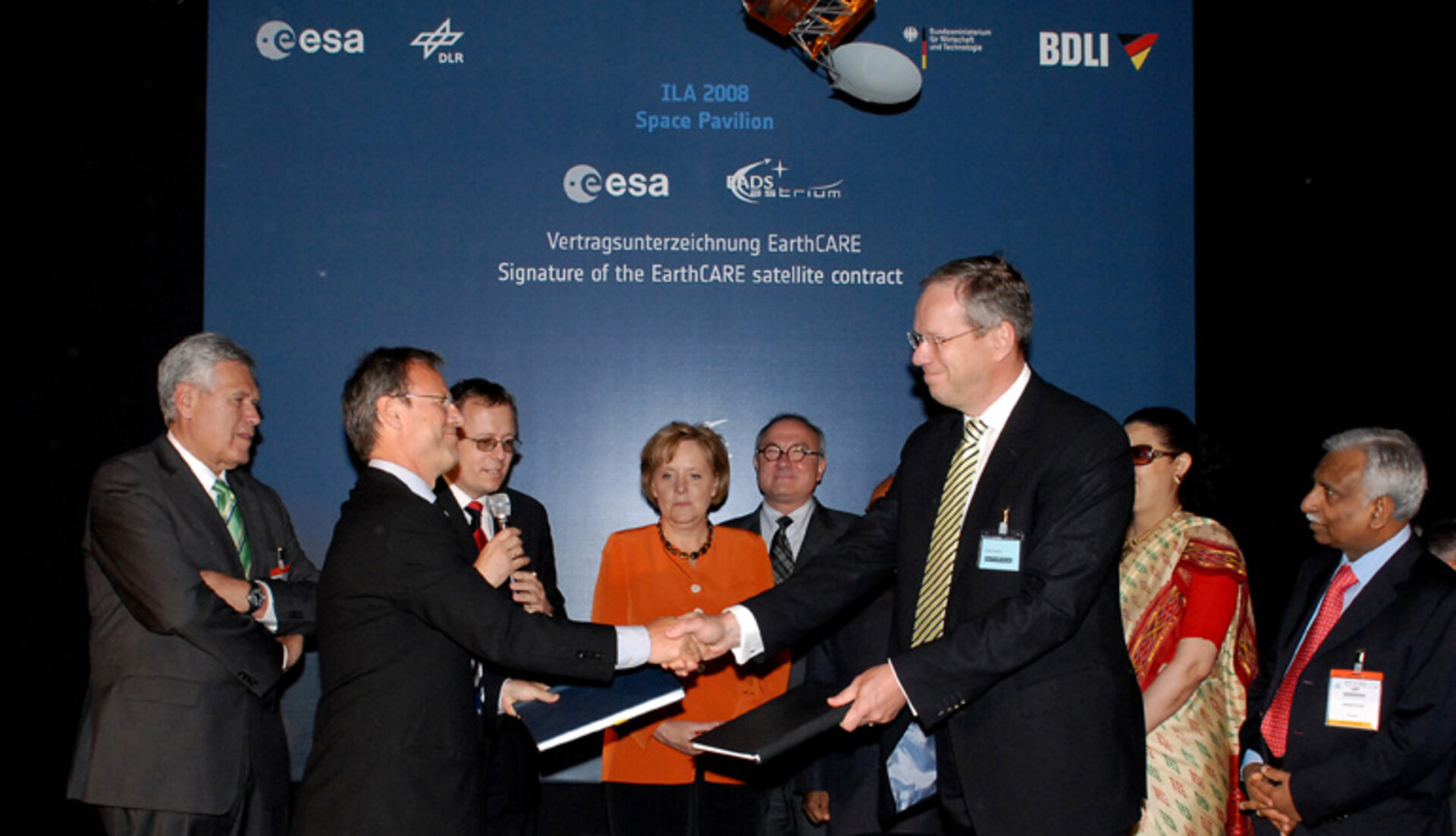 Signature of the EarthCARE contract at ILA