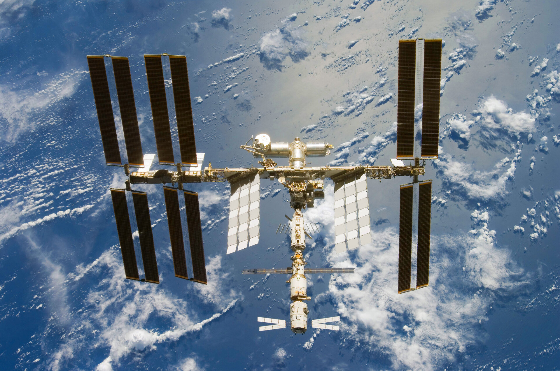 Comparisons between factual and fictional space stations