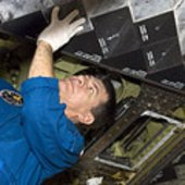 Nespoli inspects Discovery's tiles during CEIT