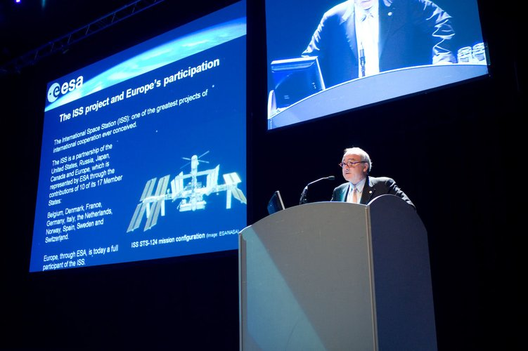 ESA Director General Jean-Jacques Dordain presents a highlight public lecture at IAC 2008
