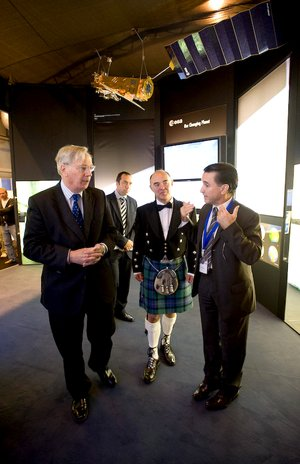 The Duke of Gloucester visits ESA's stand at IAC 2008