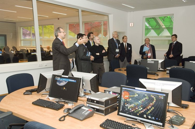 Ministerial Council delegates, visiting ESTEC in Noordwijk, tour the Concurrent Design Facility