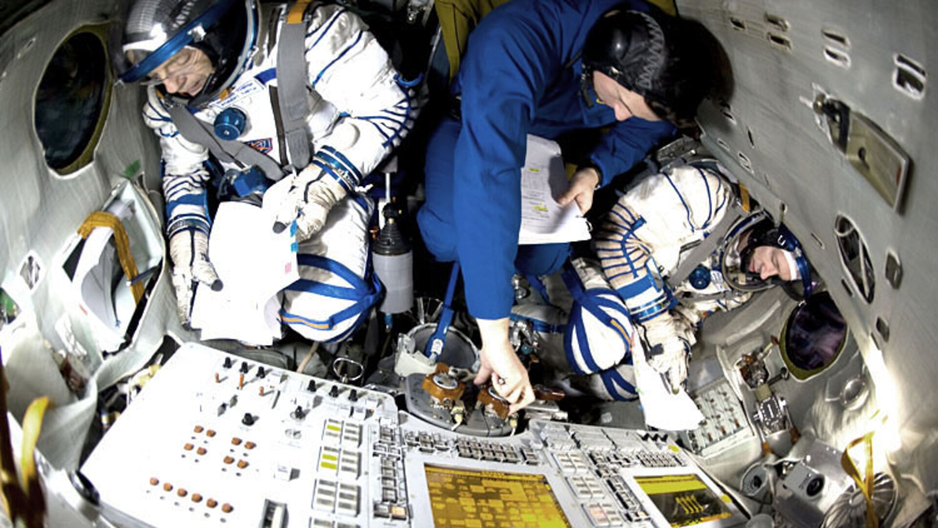 Frank De Winne trains with his crew in the Soyuz simulator in Star City
