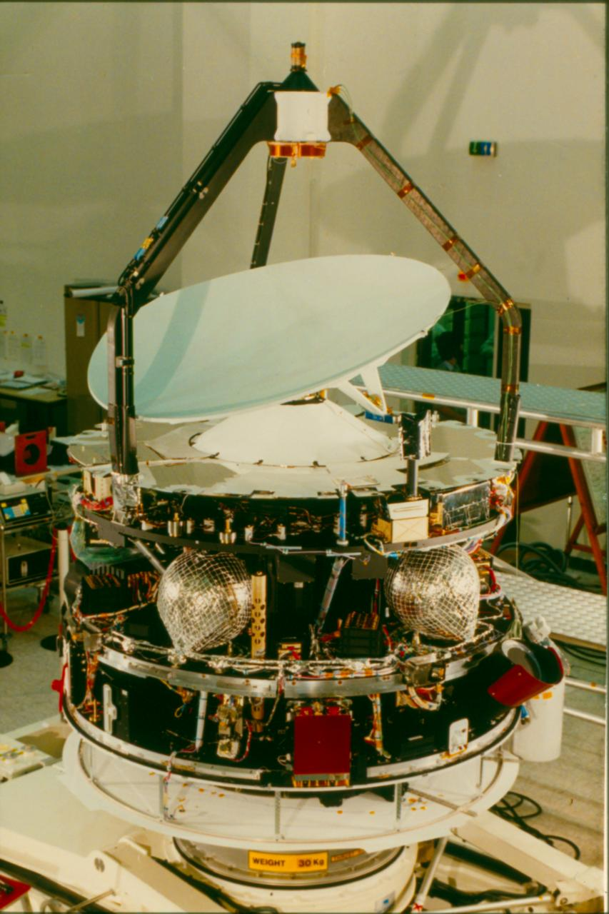 Space in Images - 2009 - 02 - Giotto in 1985, with Whipple ...