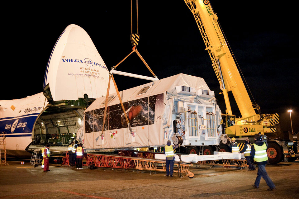 Herschel is loaded onto an Antonov cargo plane