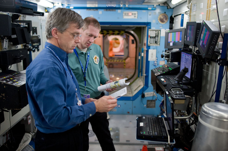 Frank De Winne and Robert Thirsk participate in life support system training at NASA's JSC