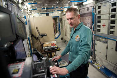 Frank De Winne participates in training in an ISS trainer at NASA's Johnson Space Center