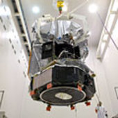 Lowering Herschel onto the Ariane 5 adapter