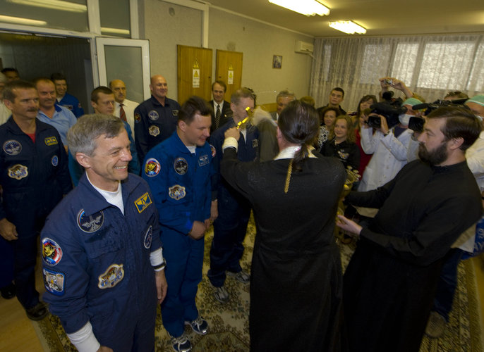 Soyuz TMA-15 crew receive a blessing on launch day