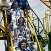 Soyuz TMA-15 crew wave goodbye to the crowd