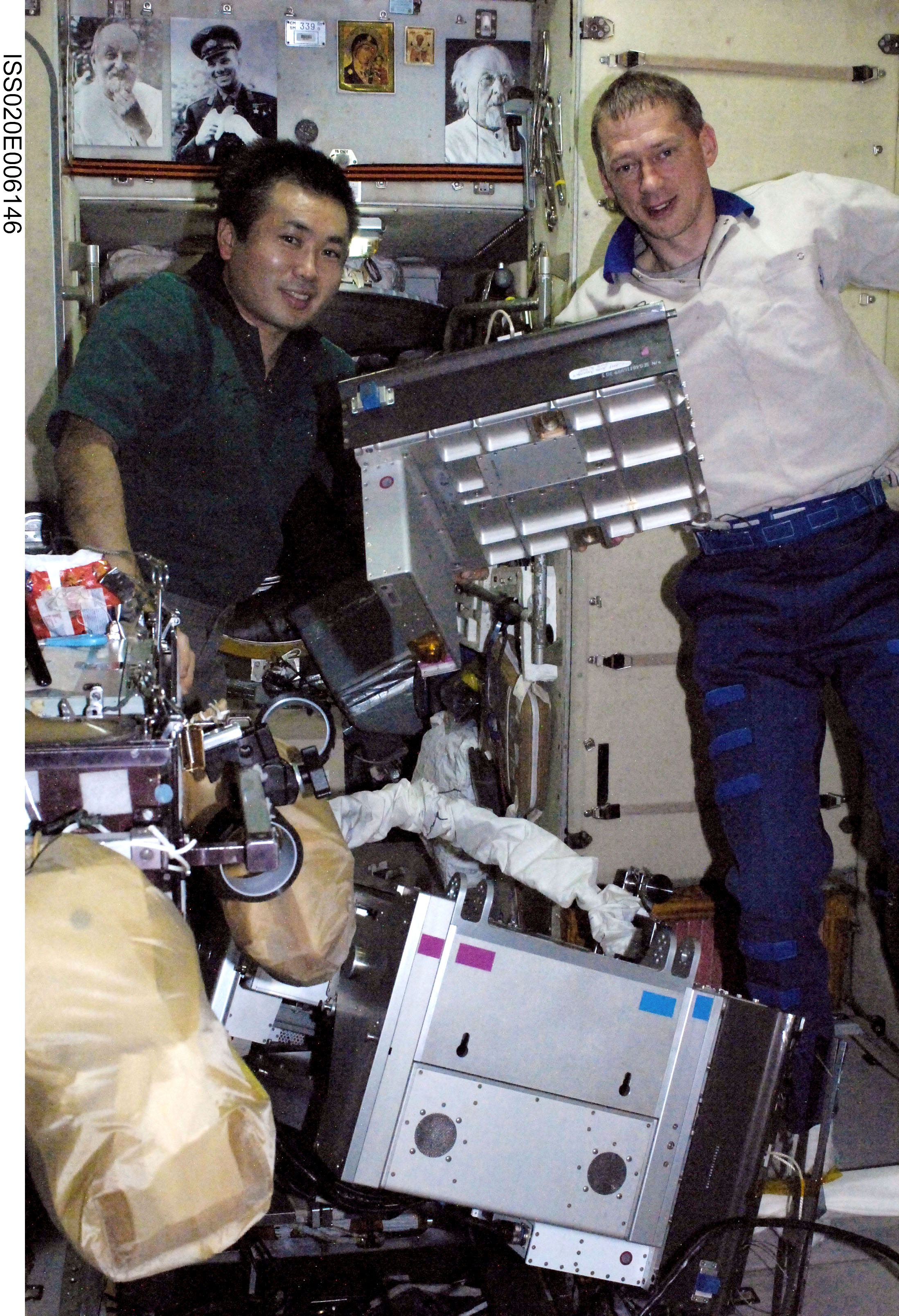 Space in Images - 2009 - 06 - De Winne and Wakata work on ...