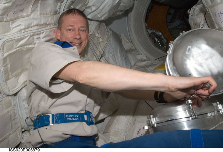 Frank De Winne performs the regular service on the WPA in the Kibo laboratory of the ISS