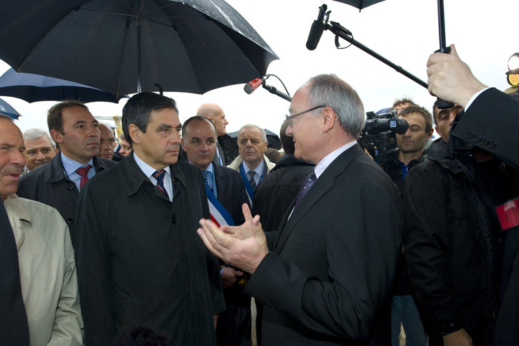 Mr Dordain welcomes Mr Fillon to the ESA Pavilion at Le Bourget