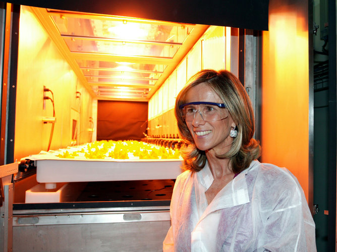 Spanish Minister Garmendia visits the MELiSSA pilot plant during the inauguration on 4 June 2009