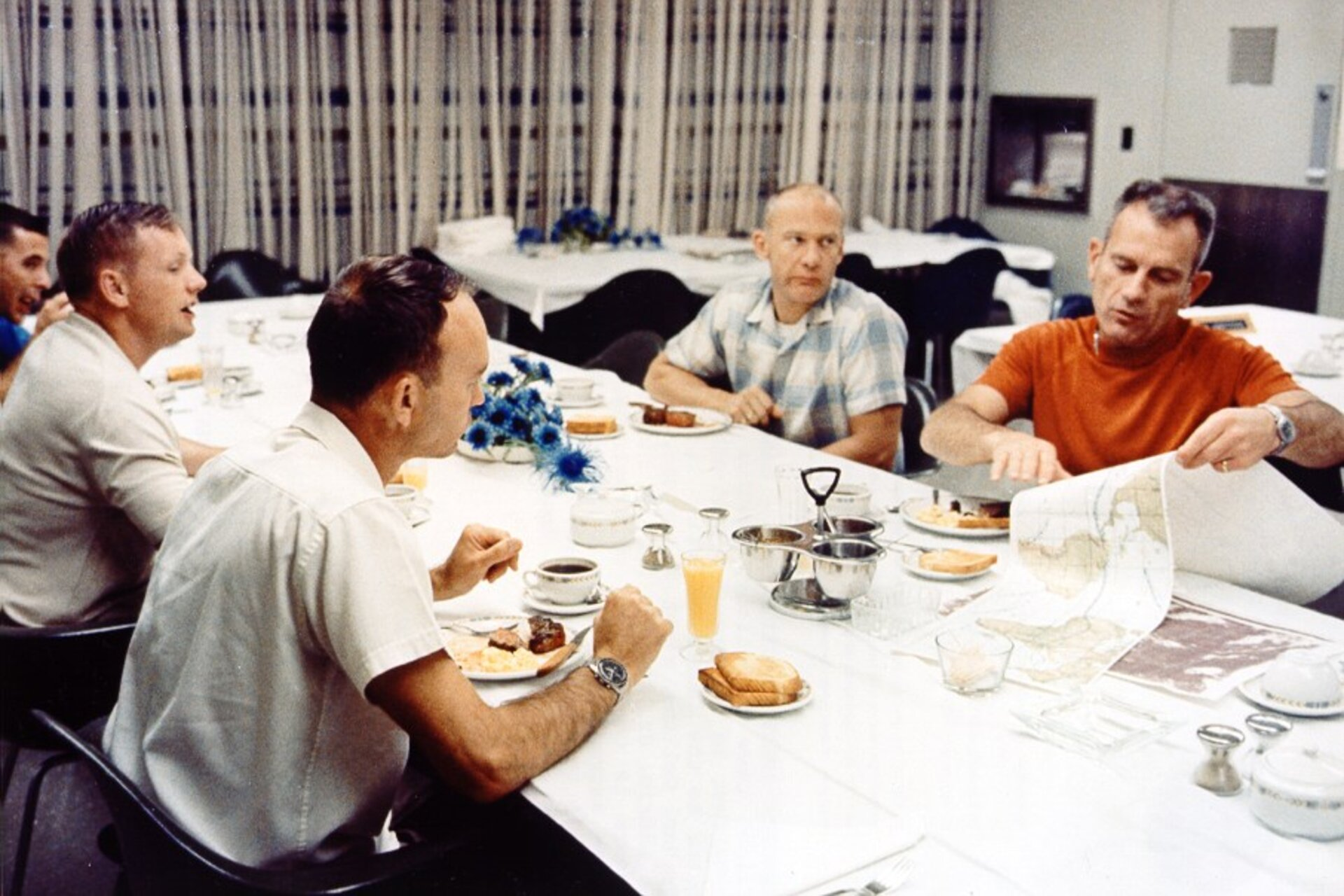 The crew have breakfast on launch day