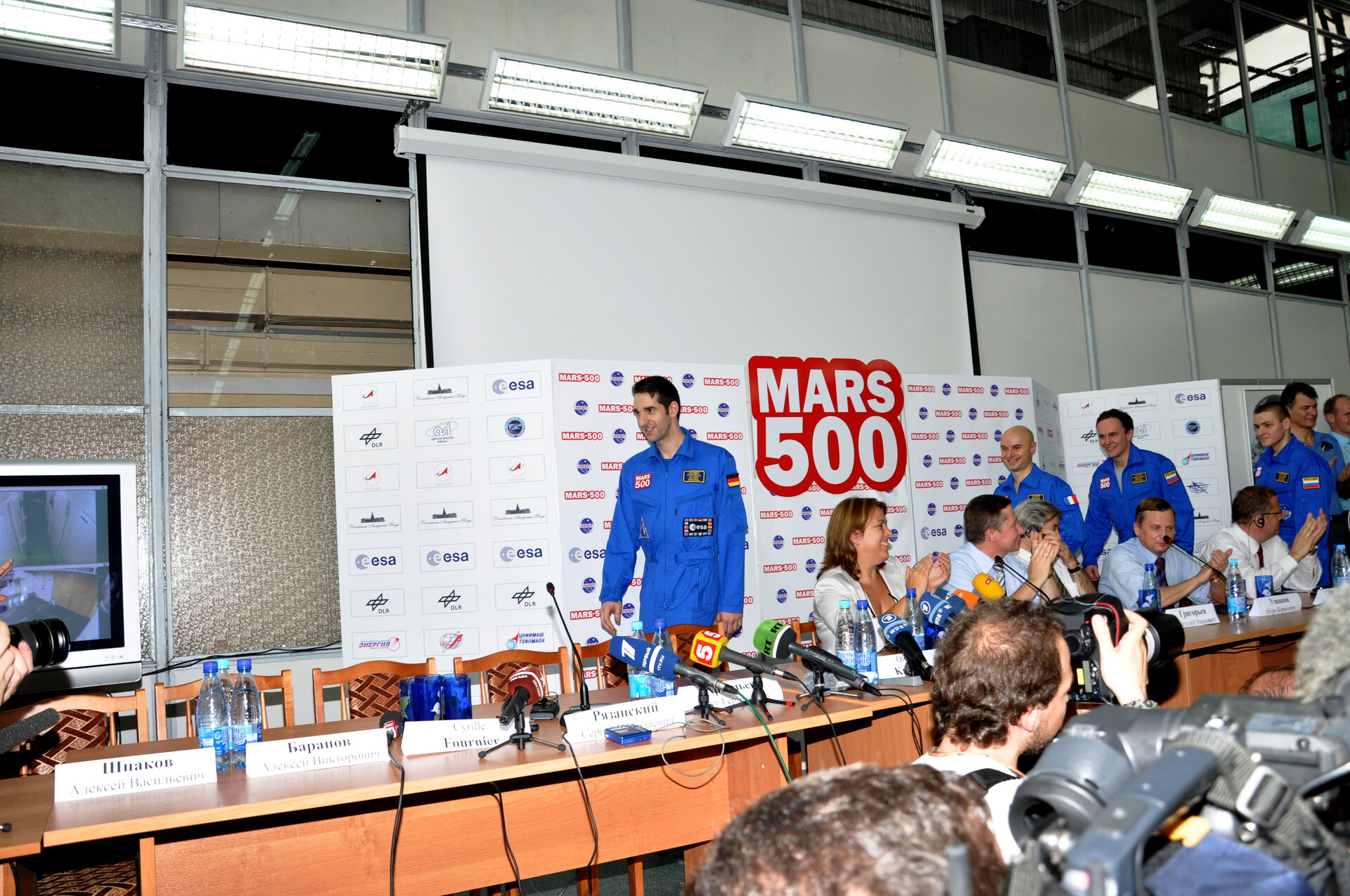The crew attend a press conference following the completion of their 105-day Mars mission simulation