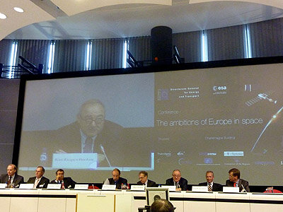 Director General Jean-Jacques Dordain (right) at the closing session