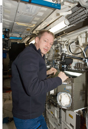 Frank De Winne works with Biolab inside the Columbus laboratory