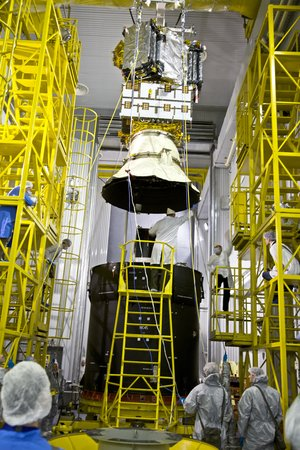 SMOS being lifted onto upper stage