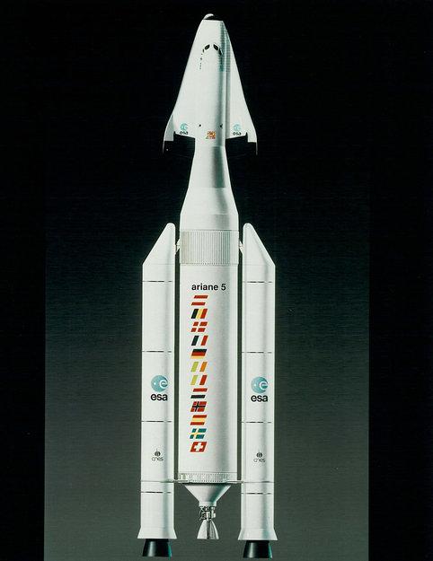 Forme des boosters sur un lanceur Ariane_5_in_Hermes_configuration_1991_node_full_image